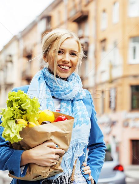 Сток-фото: молодые · довольно · женщину · продовольствие · сумку