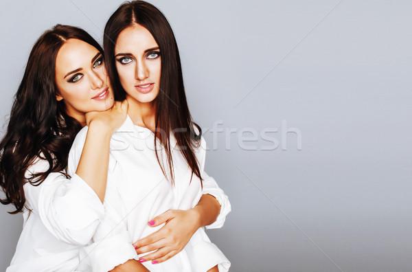 Dwa siostry bliźnięta stwarzające Fotografia Zdjęcia stock © iordani