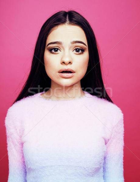 Młodych dość brunetka dziewczyna stwarzające różowy Zdjęcia stock © iordani