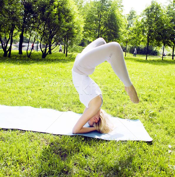 Real dziewczyna jogi zielone parku Zdjęcia stock © iordani