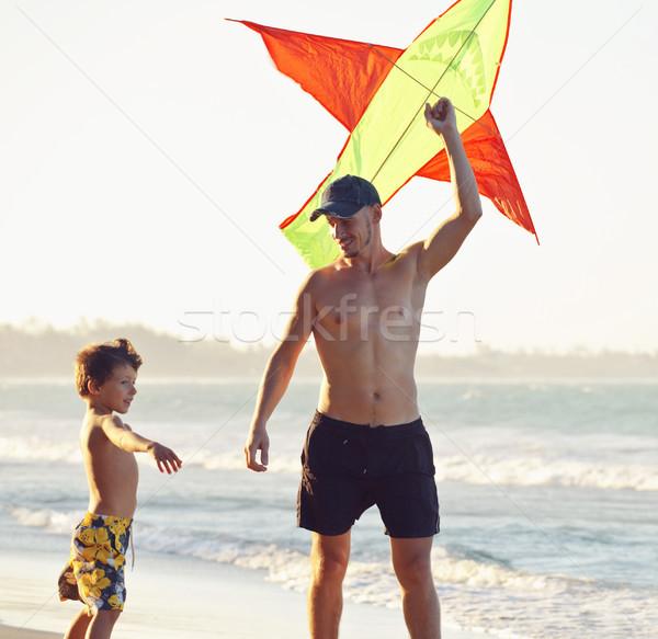 Foto stock: Filho · pai · pôr · do · sol · pipa · família · feliz · férias · silhueta