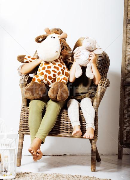 Kettő aranyos nővérek otthon játszik kicsi Stock fotó © iordani