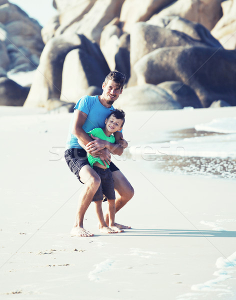 Stockfoto: Gelukkig · gezin · strand · spelen · vader · zoon · lopen · zee
