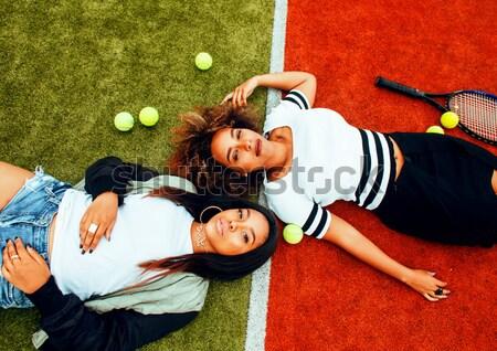 Jovem bastante enforcamento quadra de tênis moda Foto stock © iordani