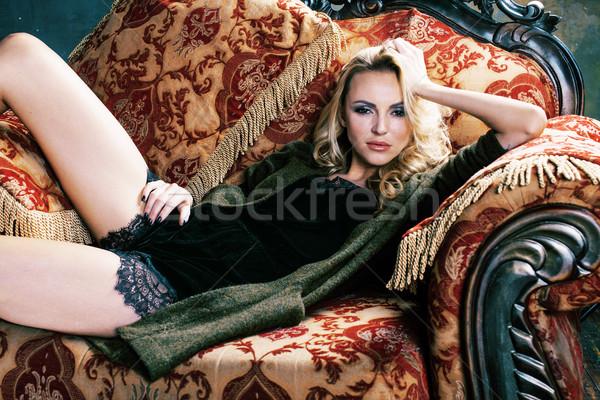 Fotografia sexy młoda dziewczyna patrząc kamery Zdjęcia stock © iordani