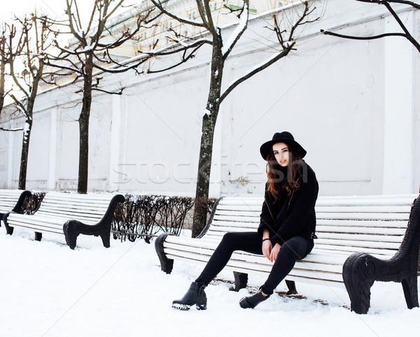 Jonge mooie moderne meisje wachten Stockfoto © iordani