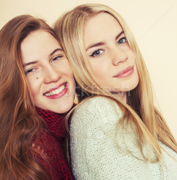Twee jonge vriendinnen winter binnenshuis Stockfoto © iordani