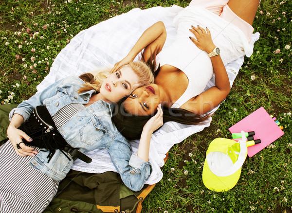 Iki genç güzel genç kızlar en İyi arkadaşlar Stok fotoğraf © iordani