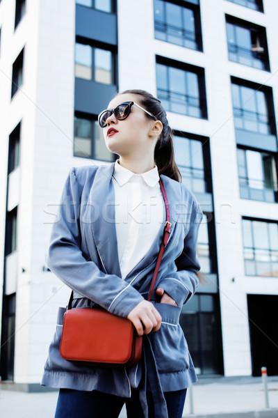 Genç güzel esmer iş kadını poz modern bina Stok fotoğraf © iordani