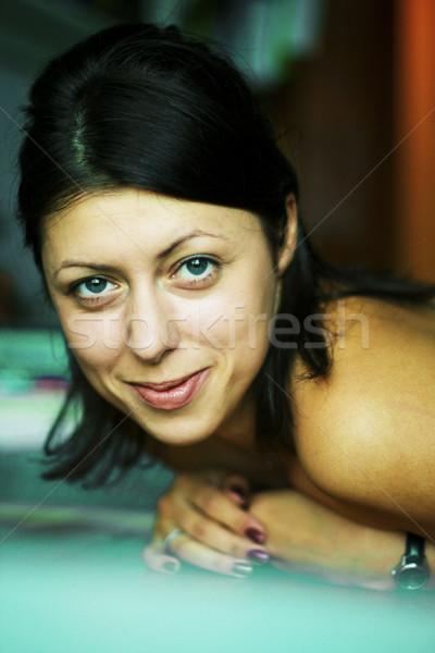 Młodych dość brunetka stwarzające przyjazny Zdjęcia stock © iordani