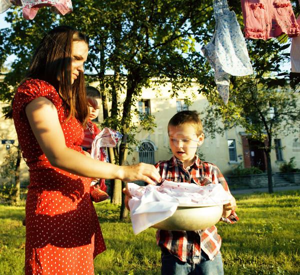 Mujer ninos jardín colgante lavandería fuera Foto stock © iordani