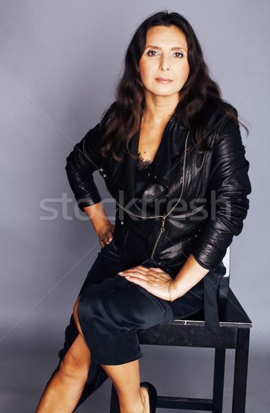 Güzel esmer şık gerçek olgun kadın oturma Stok fotoğraf © iordani