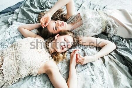 Iki güzel ikiz kardeş sarışın Stok fotoğraf © iordani