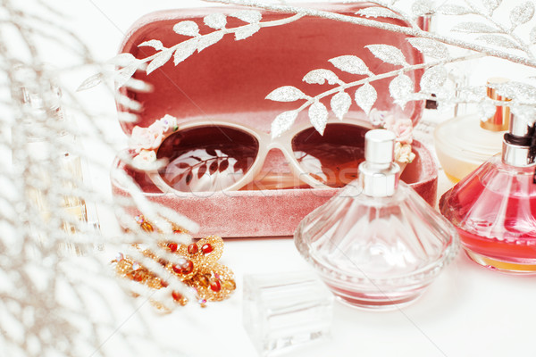 Jóias tabela menina pequeno bagunça cosmético Foto stock © iordani