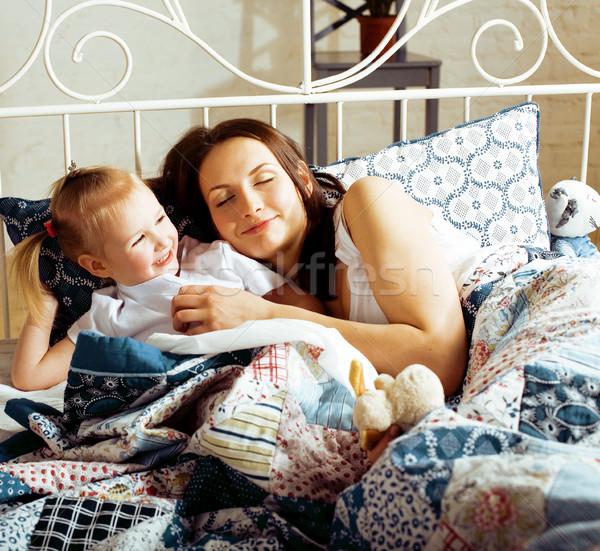Portret szczęśliwy matka córka bed Zdjęcia stock © iordani