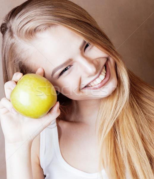 Foto stock: Jóvenes · bastante · rubio · mujer · verde · manzana
