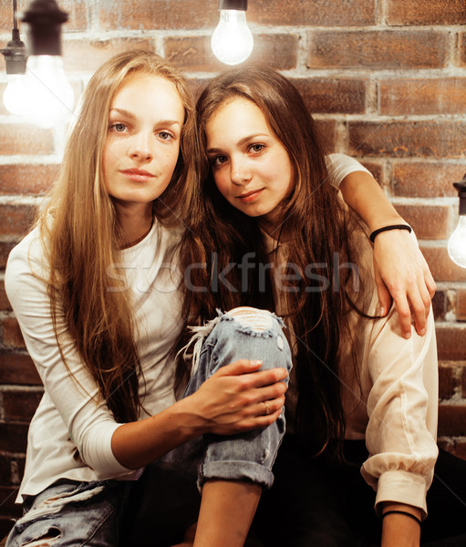Csinos tini barátnők szórakozás elegáns modern Stock fotó © iordani