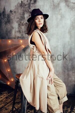 Jonge mooie vrouw wachten alleen moderne vliering Stockfoto © iordani