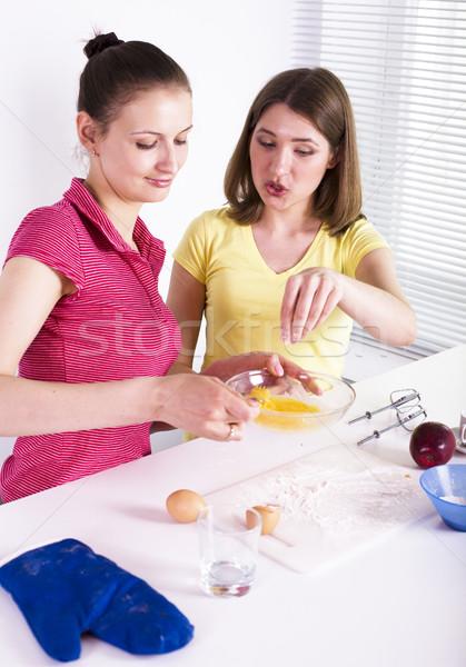 Dwa kobieta przyjaciela gotowania żywności wraz Zdjęcia stock © iordani