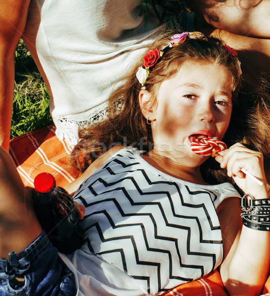 Cute gelukkig gezin picknick leggen groen gras moeder Stockfoto © iordani