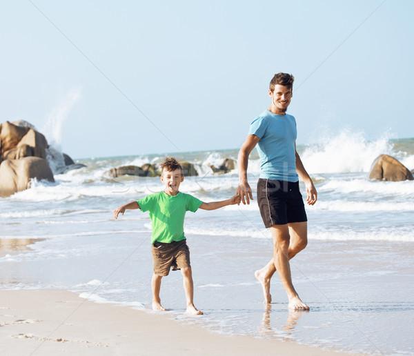 Fericit de familie plajă joc tata fiu mers mare Imagine de stoc © iordani