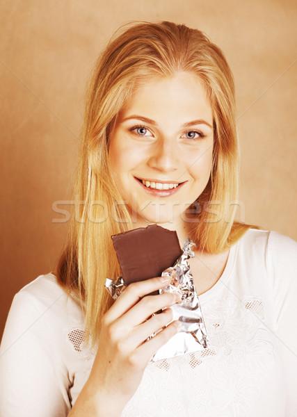 Jóvenes belleza rubio comer chocolate Foto stock © iordani