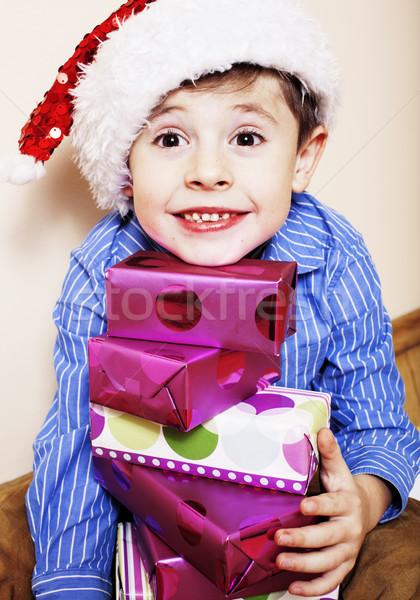 Foto stock: Pequeno · bonitinho · menino · natal · presentes · casa