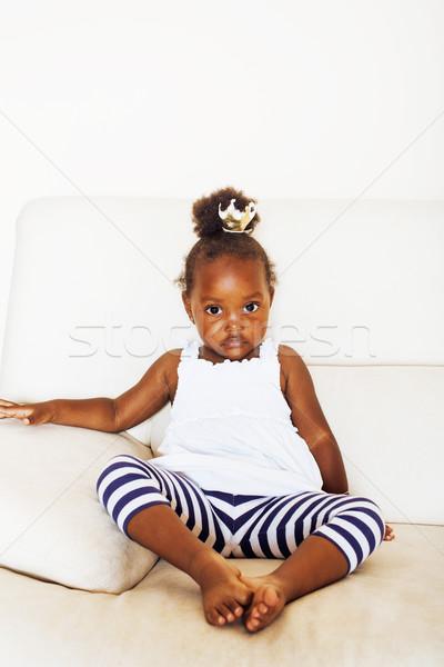 Foto d'archivio: Piccolo · bella · african · american · ragazza · seduta · bianco