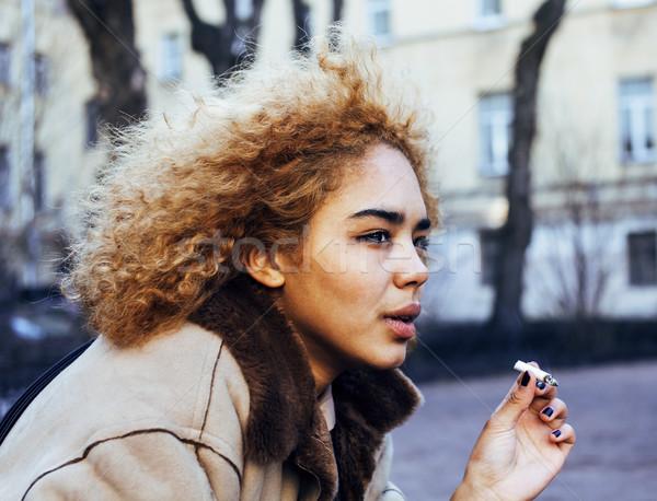 Jonge mooie meisje buiten roken Stockfoto © iordani