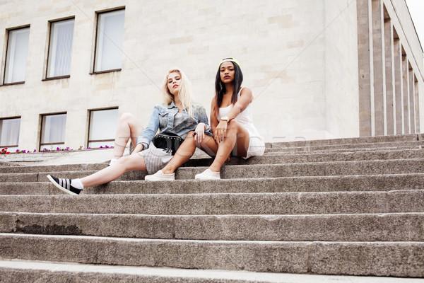 Kettő tinilányok egyetem épület mosolyog szórakozás Stock fotó © iordani