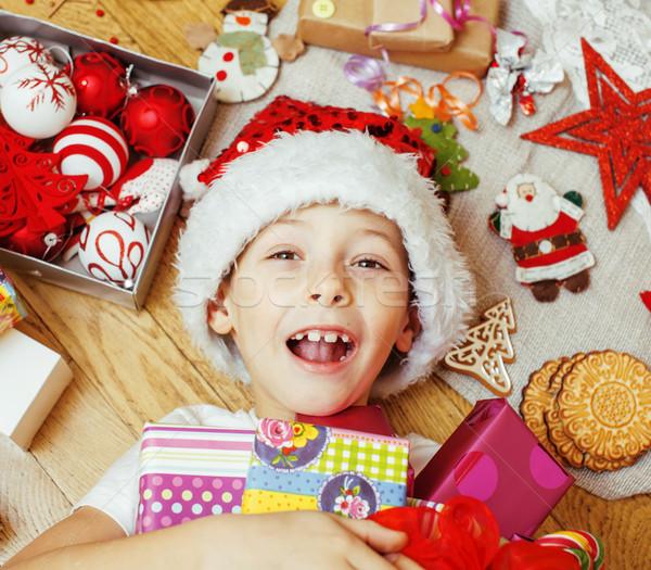 Peu cute garçon Noël cadeaux maison Photo stock © iordani