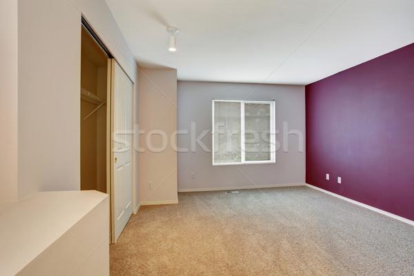 Szép bútorozatlan hálószoba lila fal szőnyeg Stock fotó © iriana88w