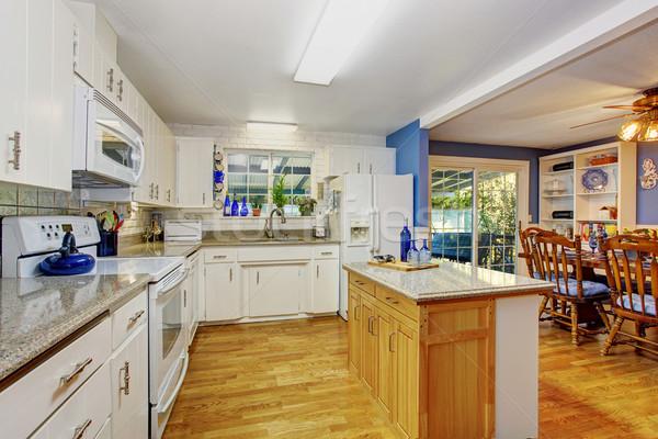 Clássico piso de madeira cozinha ilha windows casa Foto stock © iriana88w