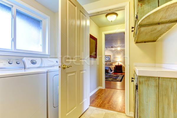 Szennyes · szoba · nyitott · ajtó · hálószoba · zöld · ház - stock ...