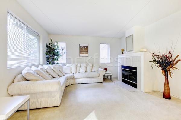 Modern · nappali · belső · fehér · kanapé · kandalló - stock fotó ... 93b4e2426e