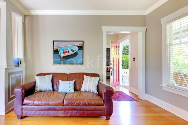 Skóry sofa salon otwartych drzwi szary ściany Zdjęcia stock © iriana88w