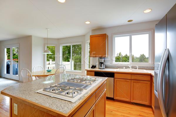 Cuisine chambre granit haut île spacieux Photo stock © iriana88w