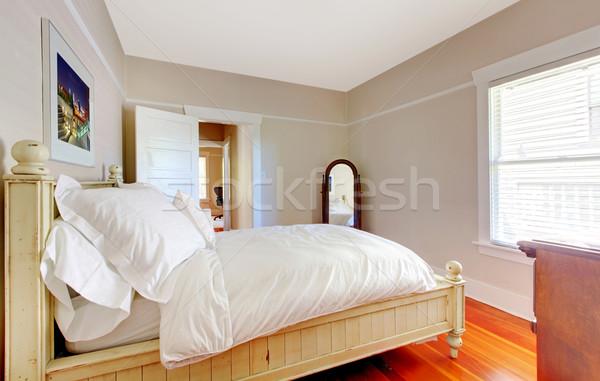 Foto stock: Brillante · dormitorio · blanco · cama · beige · paredes