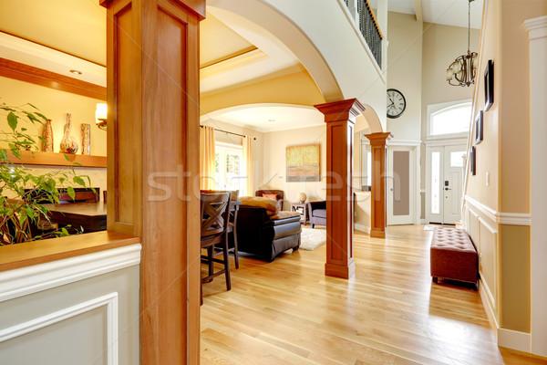 Luxe maison intérieur spacieux élevé plafond Photo stock © iriana88w