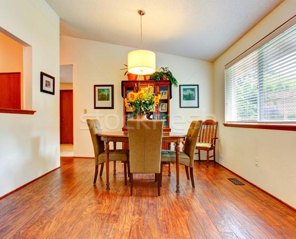 Jasne jadalnia sufit drewnianej podłogi elegancki stół Zdjęcia stock © iriana88w
