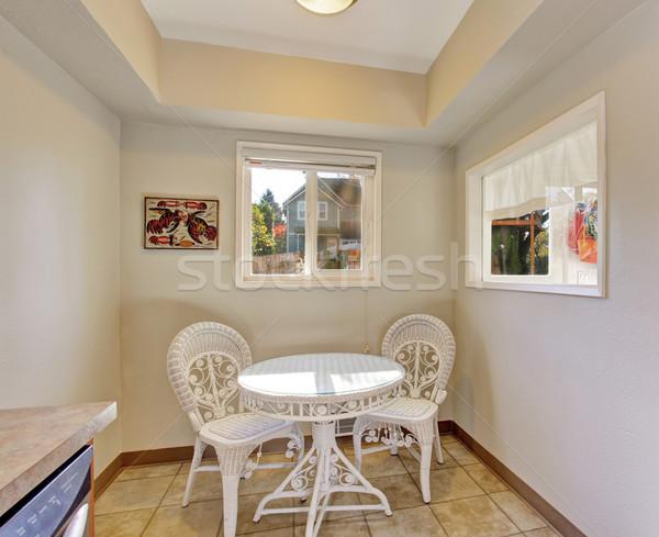 Extra blanco sillas mesa dos Windows Foto stock © iriana88w