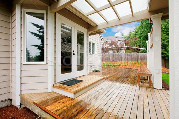 Foto stock: Casa · cubierto · porche · lluvioso · primavera · paisaje