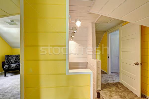 Na górze korytarzu jasne żółty ściany deska Zdjęcia stock © iriana88w