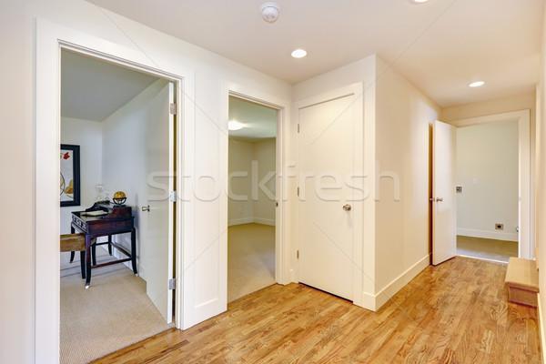 üres folyosó keményfa padló fehér falak kilátás Stock fotó © iriana88w