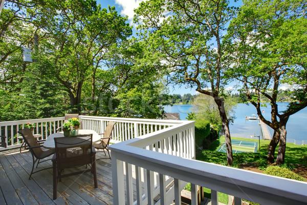 Grande varanda casa tabela cadeiras Foto stock © iriana88w