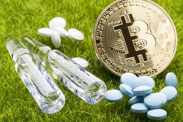 Farklı hapları bitcoin madeni para çim sağlık Stok fotoğraf © ironstealth