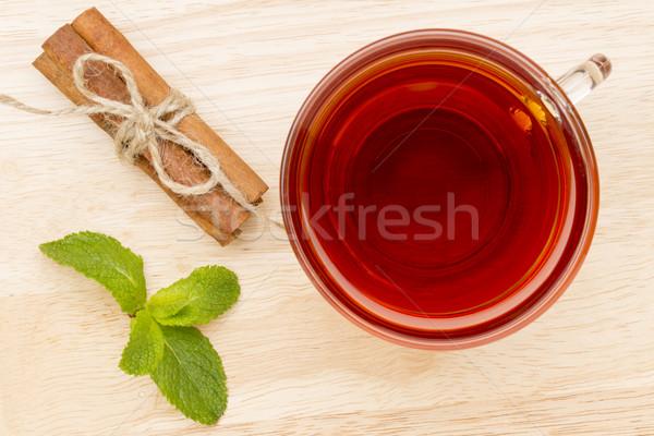 Vidro copo chá de canela em pau mesa de madeira Foto stock © ironstealth