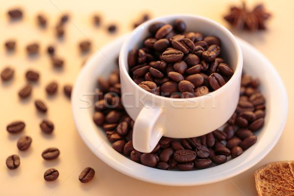 Foto stock: Grãos · de · café · branco · copo · café · escuro
