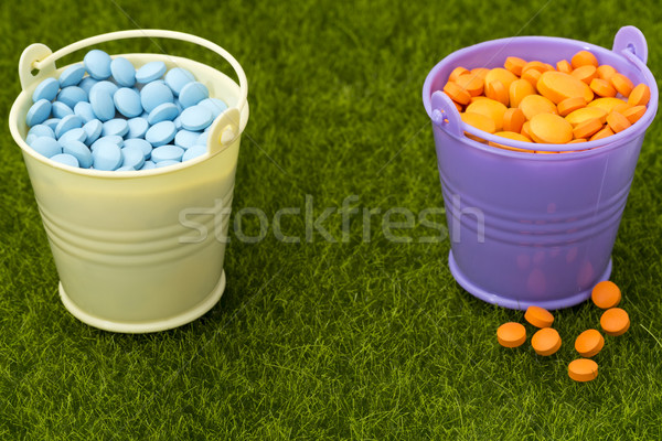 Pharmaceutique deux orange bleu pilules herbe verte Photo stock © ironstealth