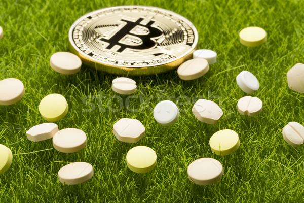 Diferente pílulas bitcoin moedas saúde custo Foto stock © ironstealth